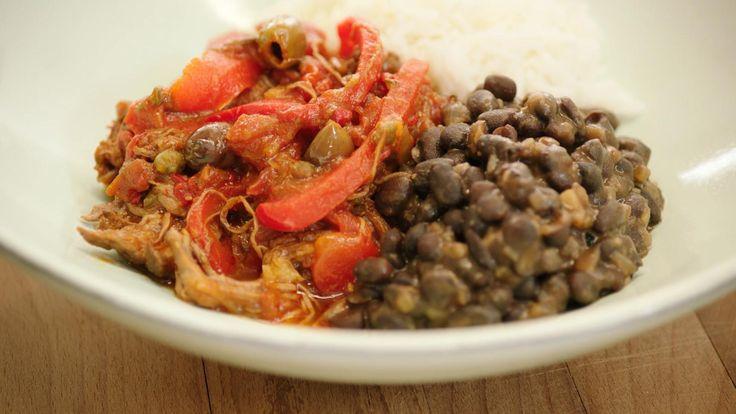 Moros y cristianos is de Cubaanse versie van rijst met zwarte bonen. Je kunt het in zo goed als elk restaurant in Cuba krijgen. Jeroen maakt er Ropa Vieja bij. Letterlijk vertaald betekent de naam 'oude kleren', maar het is traag gegaard rundvlees dat in stukken uit elkaar valt na het garen.