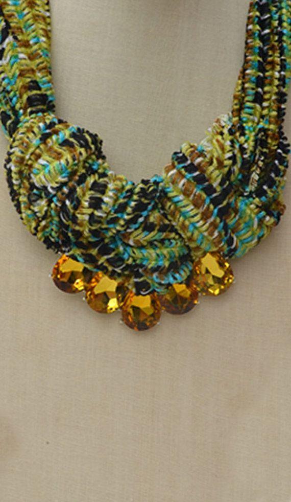 Tessuto collana con nodo con perline di vetro di Enrollarte