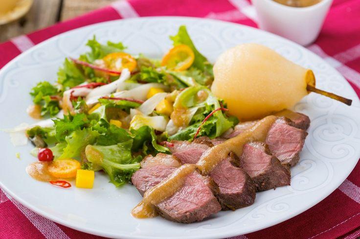 Salata calda de piept de rata cu carpaccio de kumquat si vinaigrette de para