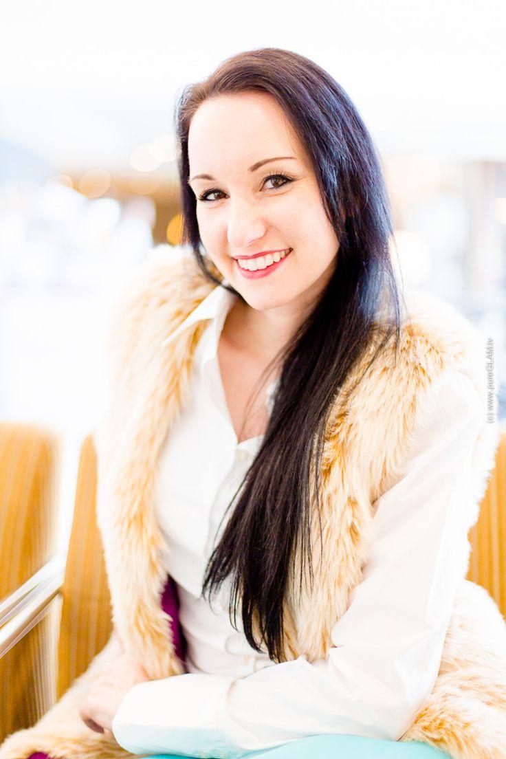 Fashionblog Frankfurt - Modebloggerin aus Frankfurt und Würzburg - Fashionlook mit Kunstlederhose und Kunstfellweste im Sheraton Frankfurt Airport Hotel - Buffalo Plateau Pumps - Michael Kors Tasche