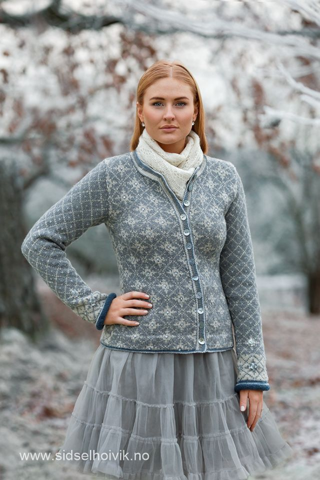 Stella kofte / Stella Jacket Design: Sidsel J. Høivik / sidselhoivik.no Photo: Anne Helene Gjelstad http://www.sidselhoivik.no/produkt/garnpakker/med-oppskrift/stella-kofte Yarnkits in my webshop. Patterns in Norwegian, English and Dutch.