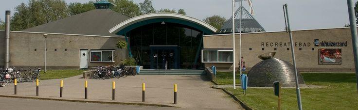 Recreatiebad Enkhuizerzand. Leuk zwembad voor jong en oud. Prijzen:  Peuters (t/m 3 jaar) 2,25, Jeugd (4 t/m 15 jaar / 65+) € 4,00, Volwassenen (vanaf 16 jaar)€ 5,00 en daluren 4,00. Adres: Kooizandweg 12 1601 LK Enkhuizen. Voor de openingstijden klik je op de link http://www.zwembadenkhuizen.nl/openingstijden/recreatiebad-dagelijks Veel plezier toegewenst.