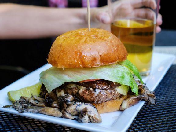 Es müssen nicht immer blasse, labberige Weißmehlbrötchen sein! Wir stellen Rezepte für selbst gebackene Burger Buns vor: Vollkorn, Brioche, Low Cab, farbig.