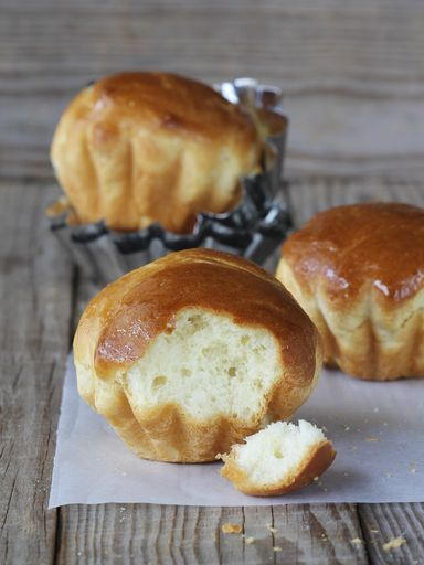 """Brioche au yaourt  à la MAP:  200 g de yaourt- 2 œufs- 75 g de beurre- 1 c. à soupe de jus de citron- 500 g de farine - 1,5 g de sel- 60 g de sucre- 1 sachet de levure de boulanger Mélanger yaourts,oeufs, beurre et jus de citron, mettre le tout dans la cuve Ajouter farine,sel, sucre et levure. Mettre le bol dans la machine à pain et choisir le programme """"pain sucré"""". Une fois le programme terminé, sortir la brioche et la laisser refroidir sur une grille."""