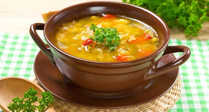 La caldo tlalpeño es una receta que incluye verduras, es un platillo mexicano delicioso y muy completo, perfecto para esos días de frío.