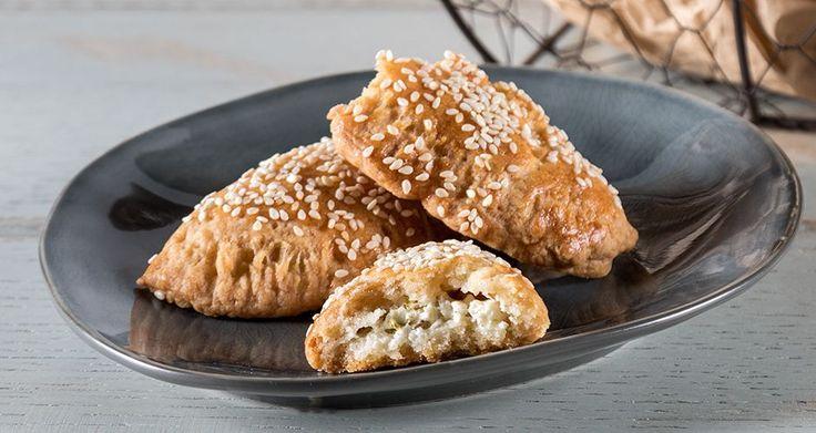 Τυροπιτάκια κουρού από τον Άκη Πετρετζίκη. Τα πιο εύκολα, νόστιμα και τραγανά τυροπιτάκια κουρού με χειροποίητο φύλλο, γεμιστά με τυρί φέτα και πολλά μυρωδικά!