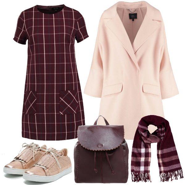 Un look per il tempo libero, per tutti i giorni. Cappotto rosa dal taglio dritto che lo rende sicuramente comodo, abito bordeaux a quadrilungo fino al ginocchio. Per gli accessori un pratico zainetto bordeaux, una calda sciarpa a quadri e una sneakers rosa con le frange.