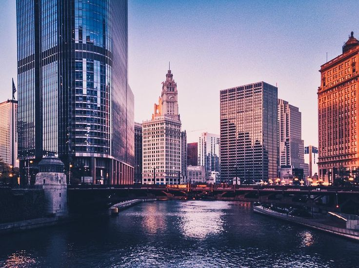 Вид на мост Уобаш-авеню (Wabash Avenue Bridge). Мосты на реке Чикаго как и в Питере разводные. Вообще очень интересная история у города и у реки в частности. Рассказывать долго легче на википедии почитать. Наверняка там эта информация есть . . . . . . #urbandecay #urbexworld #streetmobs #kings_abandoned #decay #abandonment_issues #urbexpeople #sfx_decay #rsa_preciousjunk #showmethatgrime #grime_lords #decay_nation #urbanexploring #all_is_abandoned #ig_urbex #aband0n_all_h0pe #urbex_supreme…