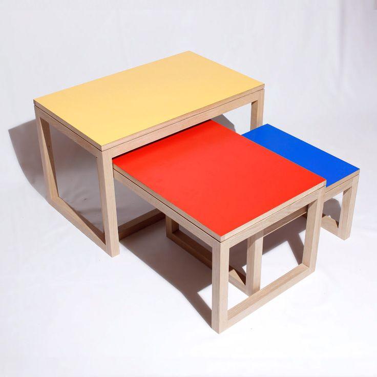 """Tables gigones """"Collection - Couleur"""" Chêne massif et stratifié, 45 x 73 x 45 cm pour la plus grande.  Les tables gigognes """"Collection - Couleur"""" se déclinent dans une large variété de teintes, toutes les personnalisations sont possibles: parlez-nous de votre projet!"""