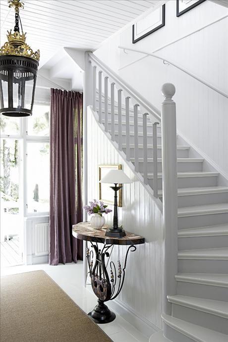 Möte i trappan mellan det praktiska och det bekväma. Familjen ville ha högblankt målade golv, men Si...