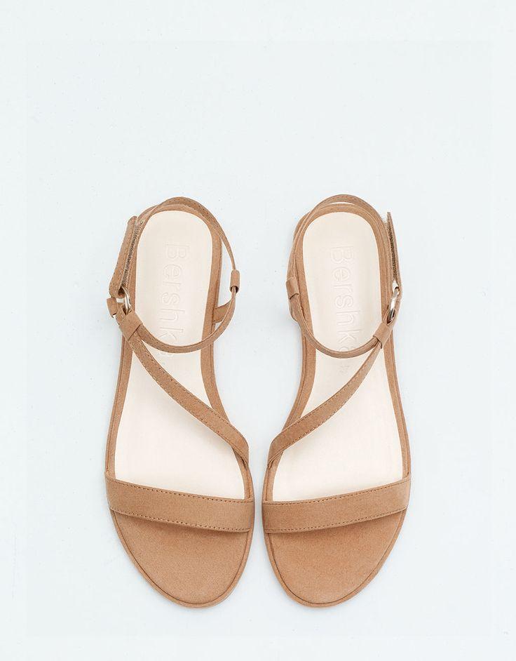 http://www.bershka.com/be/nl/vrouw/dames/schoenen/platte-sandaal-bsk,-bandje-c1521728p100124013.html