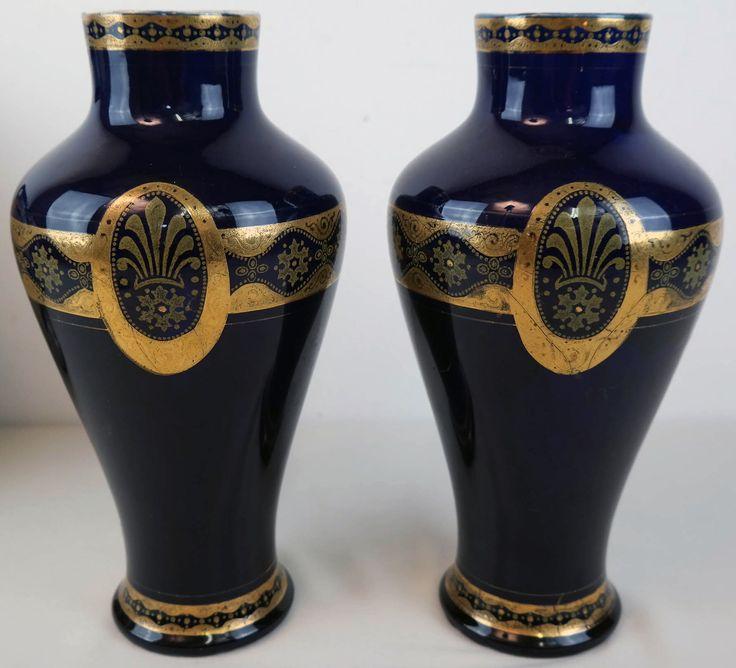 Twee Art Deco vazen van Boch(-Keramis)  Het merk onder de vazen stamt van 1920. De tijd dat Charles Catteau de leiding heeft over het decoratie-atelier.  Hoogte ca 29 cm.