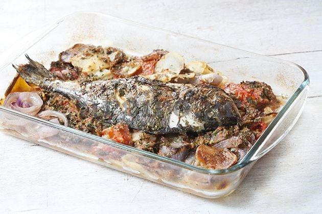 Ψάρι με μελωμένες πατάτες σε σάλτσα ντομάτας και μυρωδικών