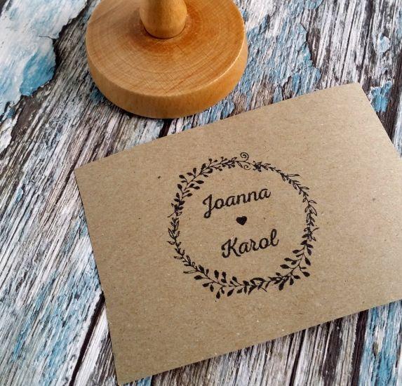 Oryginalny stempel ślubny - Wasze imiona w otoczeniu delikatnego wianuszka. Uroczy dodatek do ślubnej papeterii :)  Do kupienia w sklepie internetowym Madame Allure.