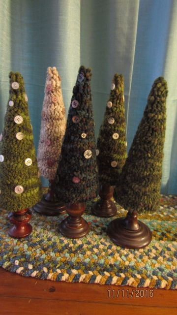 Hooked Rug Christmas Trees with Buttons on Candlesticks thecrazywoollady - Crafting Now