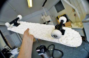 3D프린터로 만들어진 스케이트 보드 바디입니다. 앞으로 더욱 다양한 재질과 형태의 바디가 등장할것입니다.