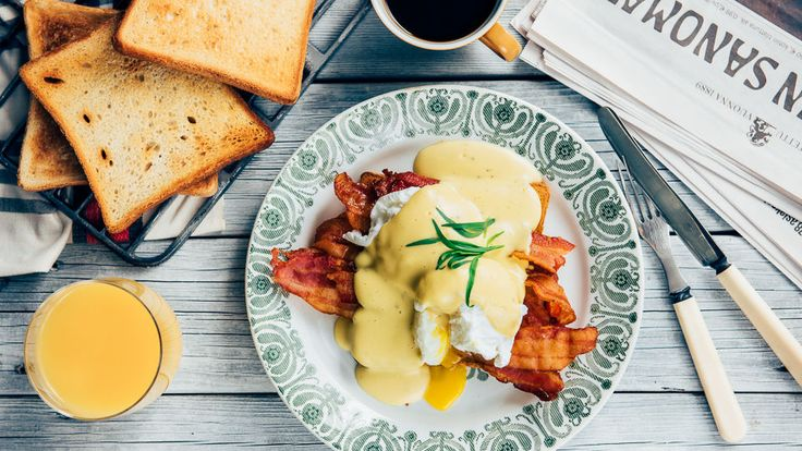 Eggs Benedict eli Benedictin munat on klassinen aamiais- tai brunssiherkku. Kokeile!
