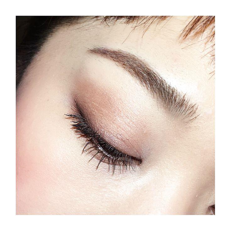 今日はオーソドックスなブラウン囲みアイ✨ . ローラメルシェのシングルシャドウ「バロック」(パレットの中下)でアーモンド形に囲んで、目の際は重ねて深さを出します シャドウがっつりな時はアイライン極細で🙆 . マスカラはしっかりカールさせて、根元からピンとなるように唱えながらマスカラ塗る(笑) #makeup #mascara #instalike #メイク #アイメイク #今日のメイク #ヘアメイク #instahair #instamakeup #美容 #beauty #学校 #仕事 #美容師 #diet #ダイエット #monster #redbull #火曜 #マミメイク #アイライン