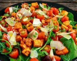 Salade méli-mélo à la courge rôtie et aux tomates cerises : http://www.fourchette-et-bikini.fr/recettes/recettes-minceur/salade-meli-melo-a-la-courge-rotie-et-aux-tomates-cerises.html