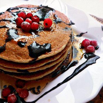 Диетические панкейки без сахара с шоколадным соусом