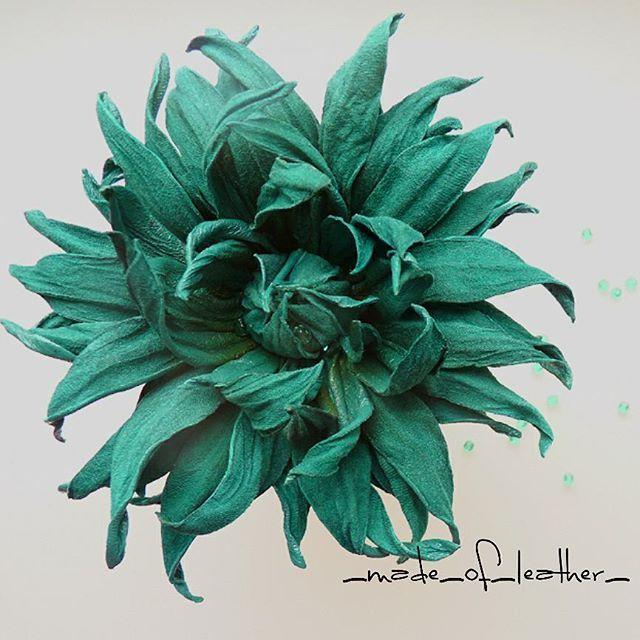 Люблю все оттенки зеленого🐸. А еще люблю сочетать зеленое с зеленым🌲🌵. В середине цветка спрятано несколько чешских бусин такого же зеленого цвета. #leather #style #брошь # брошьнаплатье #брошиизкожи #модадлядевушек  #зеленый #мода #цветок_из_кожи #мода #стильные