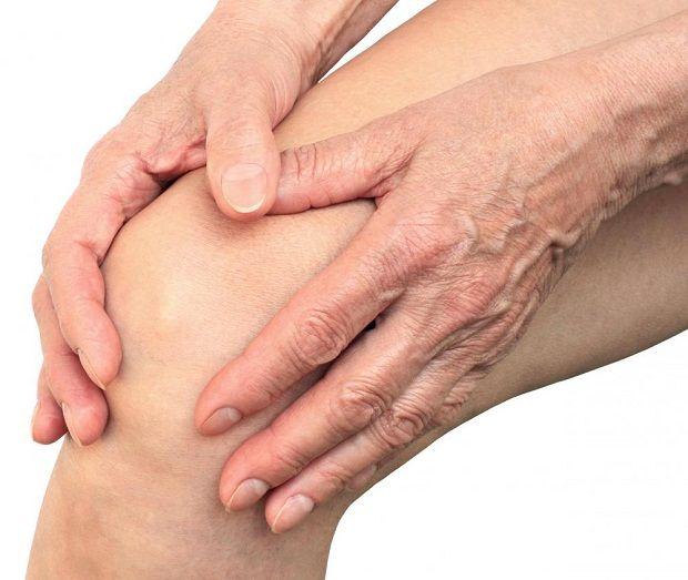 Romatizma Hastalığına Karşı Dikkat Edilmesi Gerekenler    Romatizma sadece eklemlerde oluşan ağrılı bir hastalık değil, ihmali ile yürümeyi engelleyen ciddi bir sağlık sorunudur.    Romatizma; kas – iskelet sistemindeki yapıları etkileyen ağrı, şişlik, hareket kısıtlığı ve şekil bozuklukları gibi sorunları beraberinde getiren ve yaklaşık 200 çeşitte görülen ciddi bir sorundur.