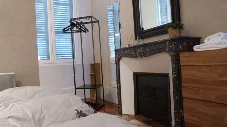 location de vacances à dijon , belle cheminée dans la chambre et grand miroir