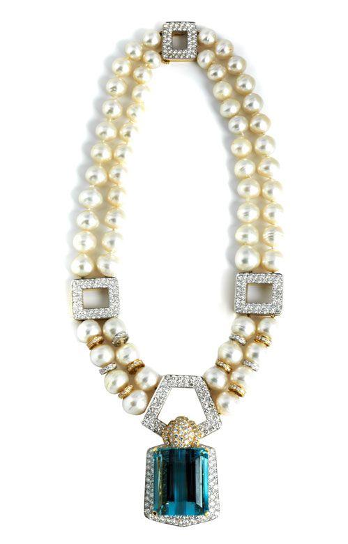 Prunkvolles, extravagantes zweireihiges Collier aus 60 leichtbarocken Südseeperlen, Durchmesser ca. 11.3 mm bis 15.1 mm, mit brillantbesetzten geometrischen ...