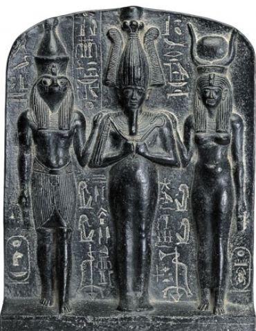왼쪽부터 호루스, 중앙의 오시리스, 오른쪽의 이시스  오시리스와 이시스의 아들이 호루스