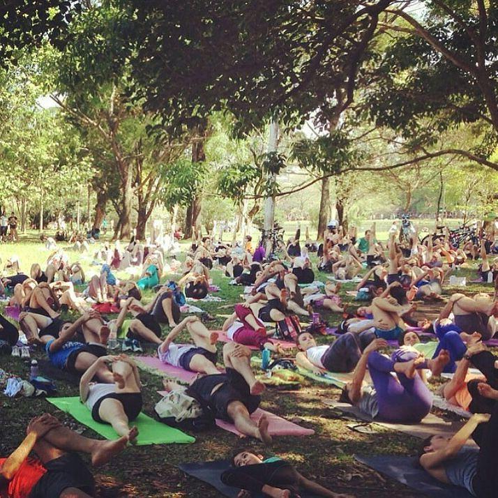 Alongando na sombra! Yoga pelo @my_yoga parceiro da comunidade. Apoia a Conservação no trabalho de deixar o parque mais limpo seguro e bonito. #ibiraamoecuido Foto @juliajalbut by parqueibirapuera
