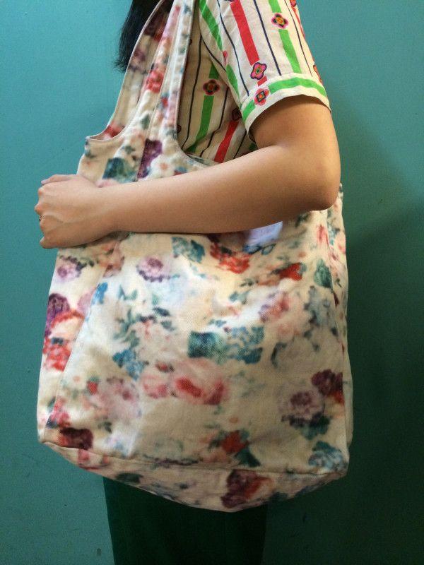 LIMI feu デザイントートバッグ(¥4400+TAX)入荷!!絵具で描かれたような淡い花柄が好印象♪大きなめなサイズが使いやすいアイテム☆お求めの方はお早めに!