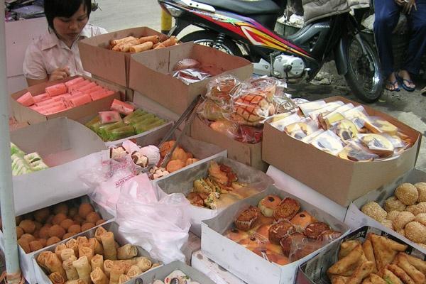 jajanpasar./ Street vendor selling Indonesian snacks