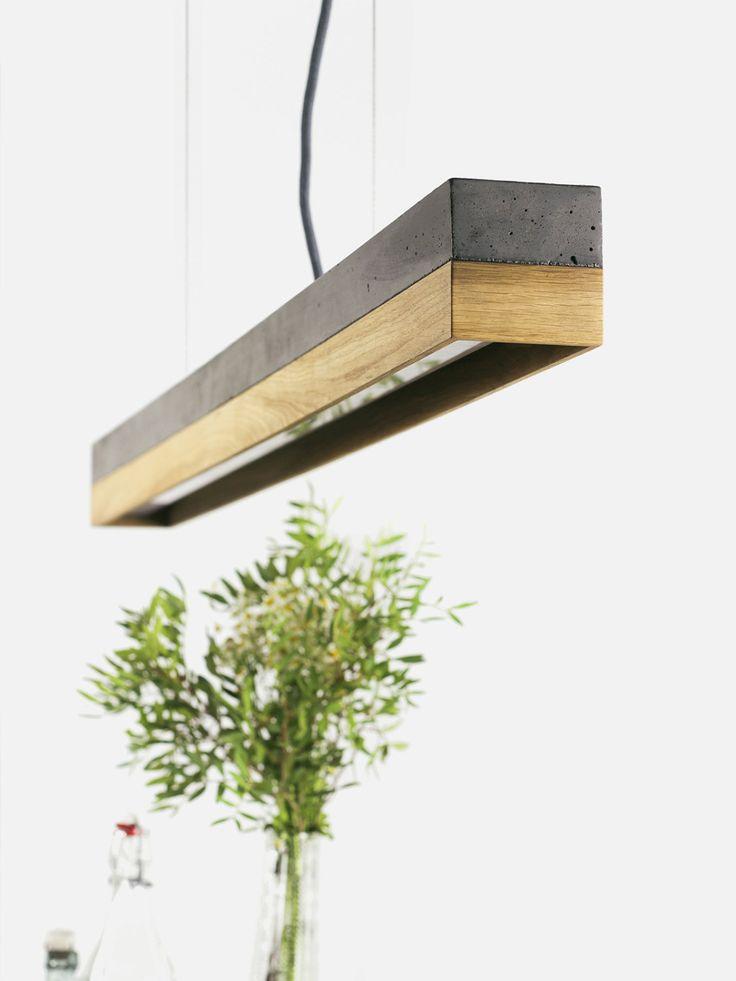 [C1] donker/eik De rechthoekige hanglamp [C1] donker is gegoten uit een licht grijs beton. Het combineert eiken naturel met ruwe, gekleurde beton in een tijdloze en elegante design lamp. De verschillende materialen voor de lampenkappen individueel kunnen worden gecombineerd en kunnen op elk gewenst moment worden gewijzigd. Met de lengte van de rand van 122 x 8 x 8 cm van de lamp is goed om hen te zetten via een eettafel of een lange tafel in de scene. Als gevolg van hun minimalistisch ...