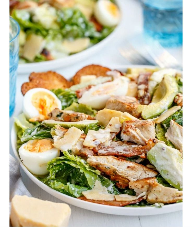 Caesar salade    Slamelange  Kippendijen met karbonadekruiden  Gekookte eieren  Tuinkers of rode ui  Ciabatta met knoflook en olie Parmezaan  Gebakken bacon    Dressing:  Ansjovis  Knoflook  Yoghurt  Citroensap