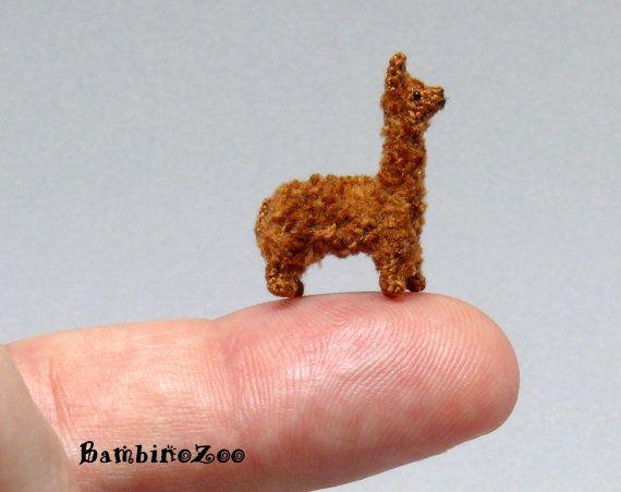 Miniatur Amigurumi Alpaca - braun. Kostenlose Sammler-Vitrine im Lieferumfang.