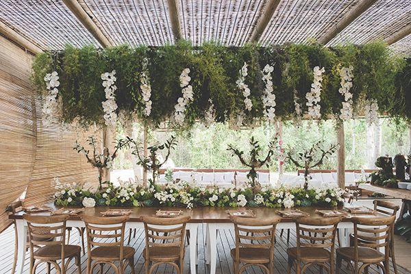"""Ana Urquiza e Marcelo Bernardes disseram o """"sim"""" em um casamento em Trancoso, com decoração da Congregabahia. A noiva usou Yolan Cris para Casamarela."""