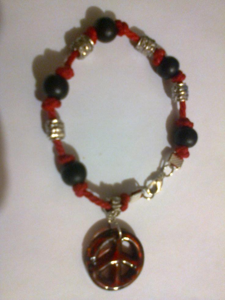 KA_P010 - Pulsera en colores rojo, plata y negro, con colgante de cristal y broche metálico.