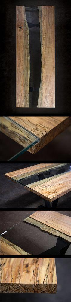 Tisch aus Holz und Glas