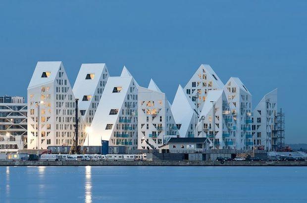 The Iceberg, het futuristische appartementencomplex in de Deense stad Aarhus, werd uitgeroepen tot Gebouw van het Jaar door Archdaily.