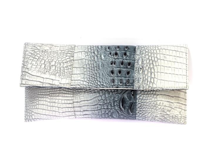 Clutch en forma de sobre. Print animal de cocodrilo ($24.99 euros). Polipiel. Bicolor: gris y blanco.    Medidas 14 cm x 30 cm  http://www.meigallo.com