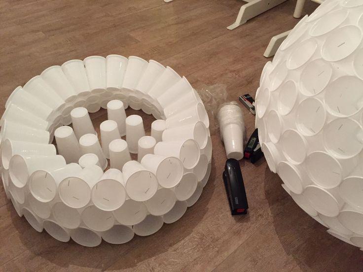 Schneemann aus Plastikbechern