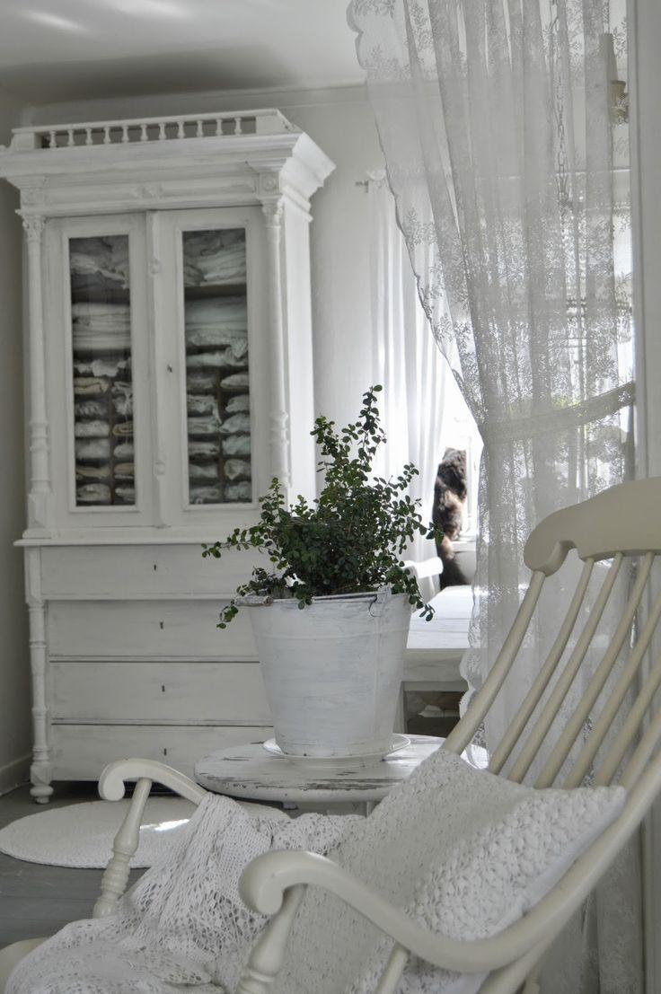 Tycker om idéen att sätts en gardin på övriga platser än fönster, särskilt vackra spetsgardiner!