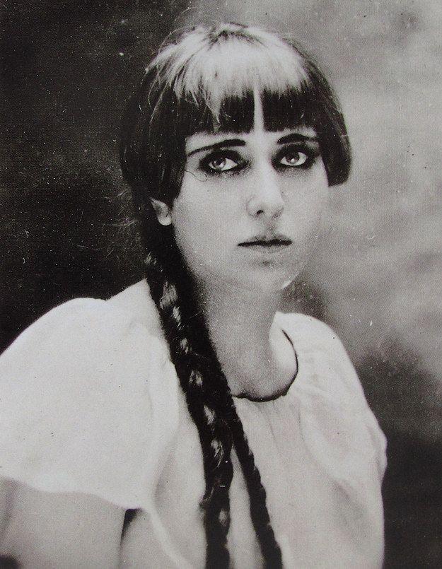 Carmen Mondragón : Mejor conocida como Nahui Ollin (que significa cuarto sol), fue una reconocida pintora y poeta mexicana. Nahui dejo un gran legado en el mundo de las artes. Fue una mujer revolucionaria para su época, y no tenía problemas en desafiar las reglas. Fue así se convirtio en pionera del uso de la minifalda.