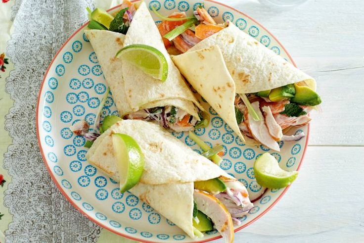 Aan de rol: met kip, rauwe groenten en een smeuïge dressing van mayo en zure room - Recept - Allerhande
