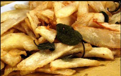 Patate fritte light al microonde - Curiosa ricetta per fare le patate fritte del tipo chips nel microonde usando pochissimo olio, ed aromatizzandole a piacere con erbe aromatiche e spezie