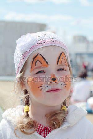 Bella bambina con la pittura del viso di orange volpe presso sunny — Immagini Stock #49874673