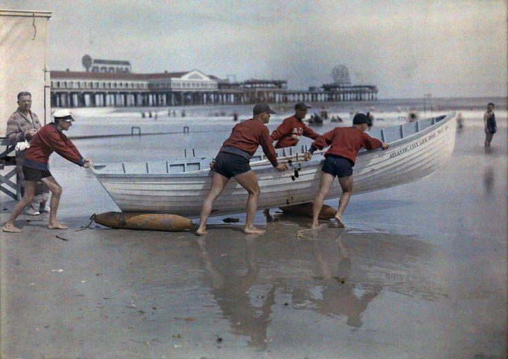 1930. Атлантик-Сити, Нью-Джерси – береговой патруль толкает лодку в воду.