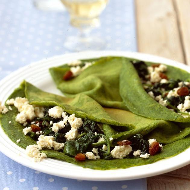 Mediterraner Pfannkuchen mit Spinat, Rosinen und Feta. Spinat in der Milch färbt die Pfannkuchen ganz natürlich grün.