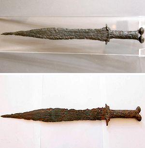 Arriba, una de las espadas conservadas en el Museo Numantino. Abajo, la que se subasta en internet.