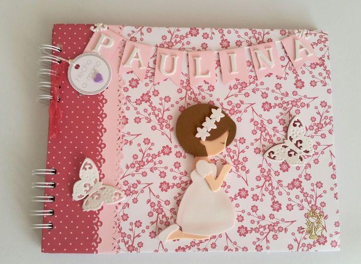 Libro de firmas de comunión personalizado en rosa, con interior diseñado para albergar fotografías, dedicatorias y firmas. También dispone de un bolsillo especial para guardar cd. Se hacen por encargo.